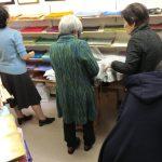 和紙販売店、東京の「和紙の店しおり」で和紙を見るグループのお客様